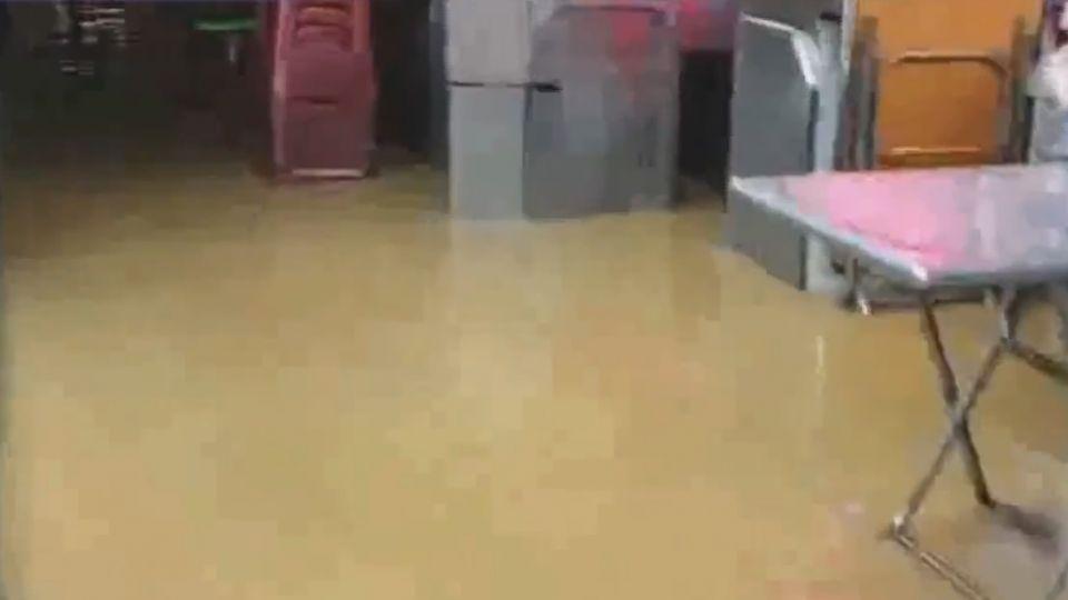 防水閘門出動! 基隆廟口夜市水淹腳踝