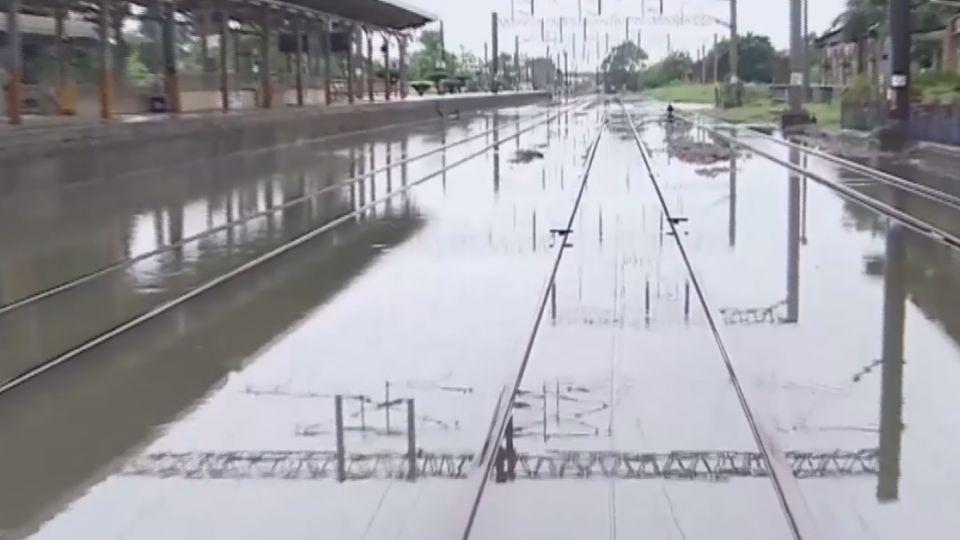 水淹軌道!台鐵斗南車站淹水 雙線不通