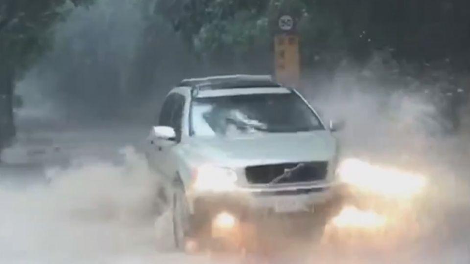 南投信義鄉路坍 大雨釀土石溢流