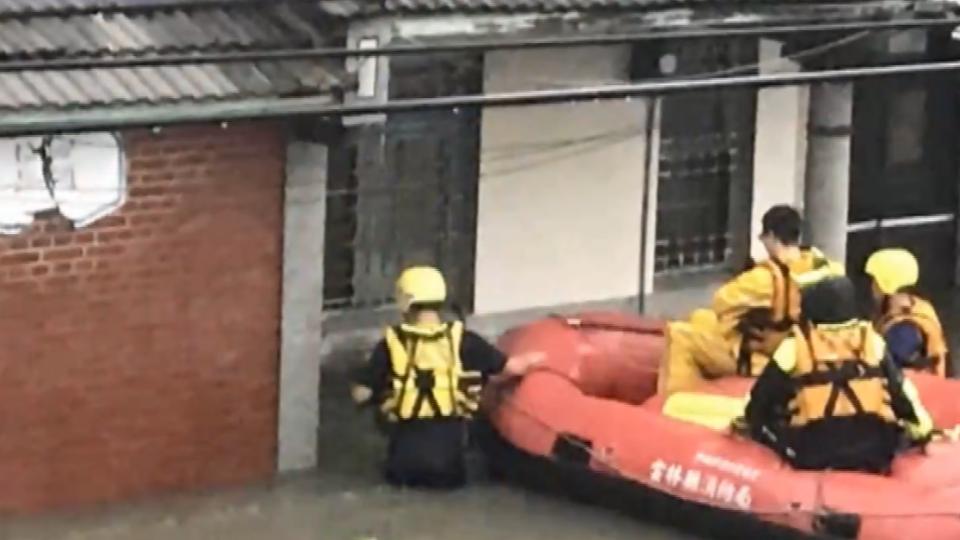 雲林斗南大淹水 母女受困消防急救援