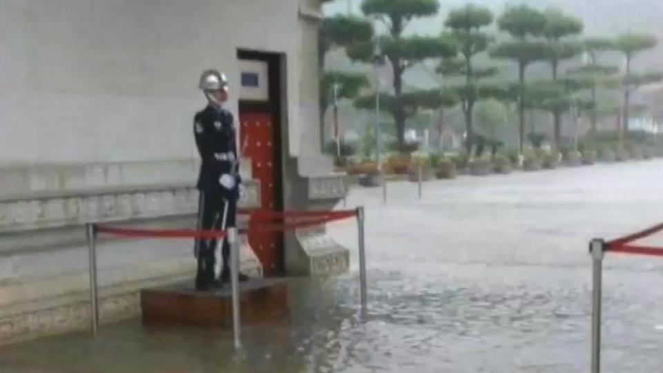 不畏風雨!積水達10公分三軍儀隊仍堅守崗位