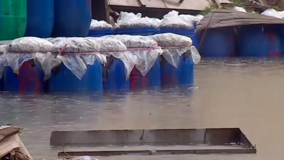 酸菜桶積水中載浮載沉 雲林大雨損失多