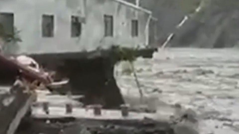 桃源勤和部落9民宅遭沖走 溪水暴漲道路斷