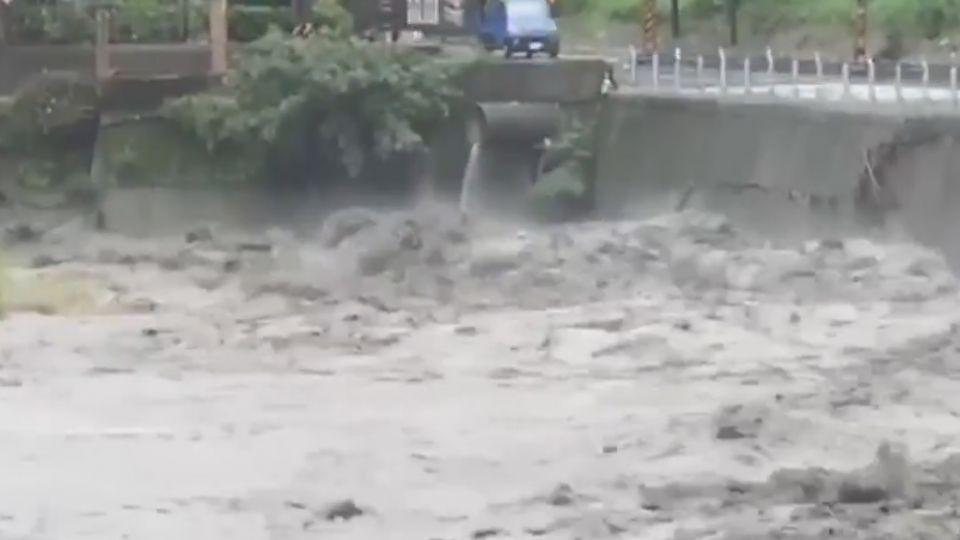 像倒水桶!大雨灌爆南投山區 溪流變「黑色巨龍」