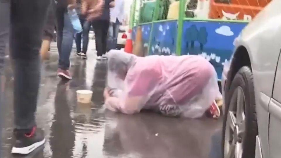 暴雨趴路中搏命行乞 目擊民眾:太危險了