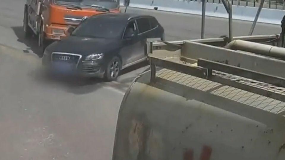 是狂還是傻? 砂石車前硬轉害翻車 駕駛遭活埋
