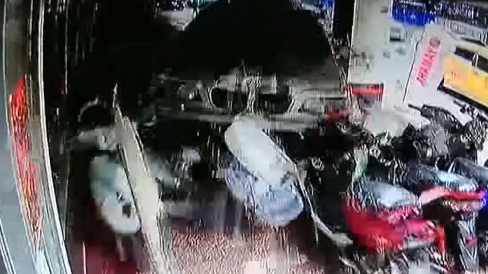 連撞21機車損4店 百萬轎車失控衝騎樓