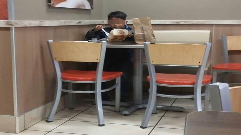 男童獨坐速食店吃早餐 背後原因令人不捨