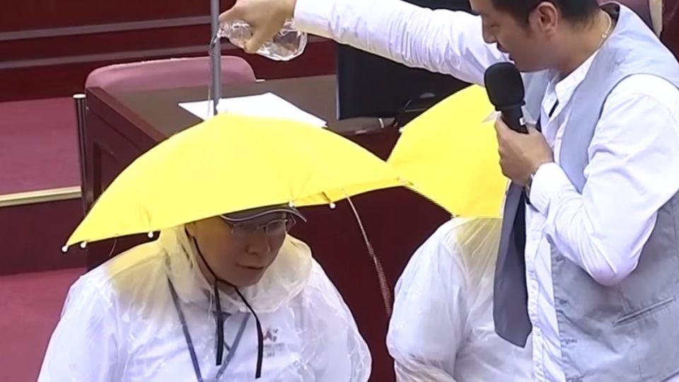 世大運開幕遇雨怎辦? 議員在柯頭上倒水測試