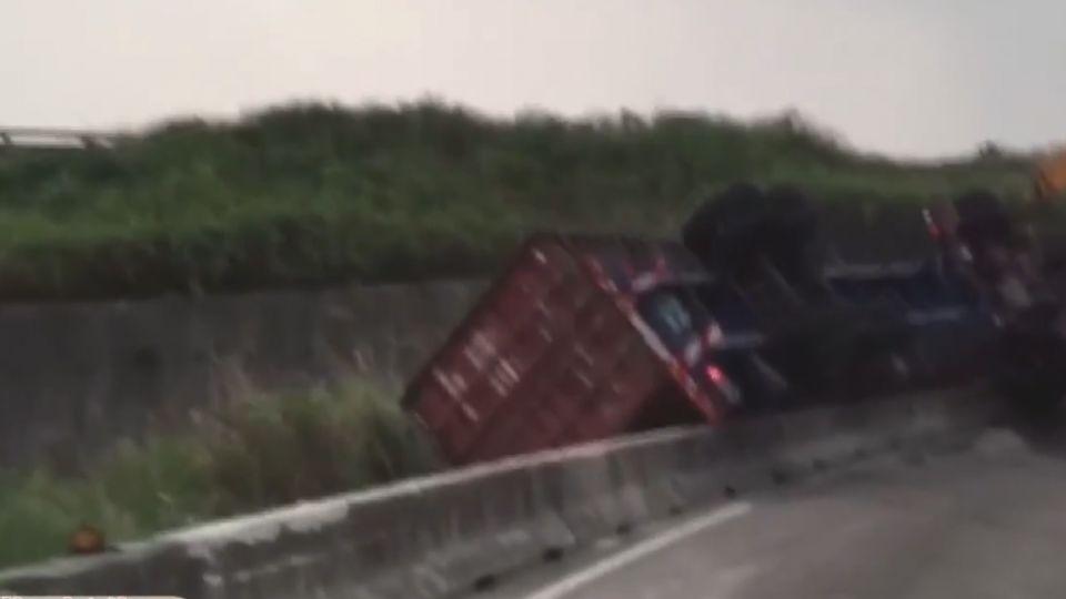 貨櫃車翻覆邊坡!駕駛無生命跡象送醫搶救