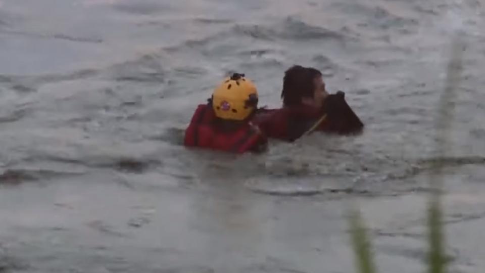 貓羅溪暴漲釣客受困 消防隊驚險救援