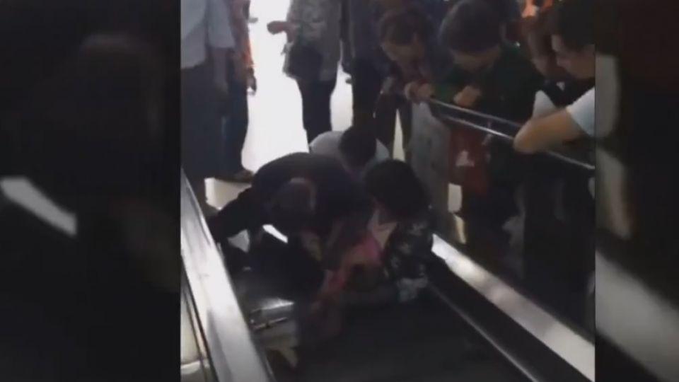 粗心媽專注掃貨 1歲女童遭手扶梯夾指