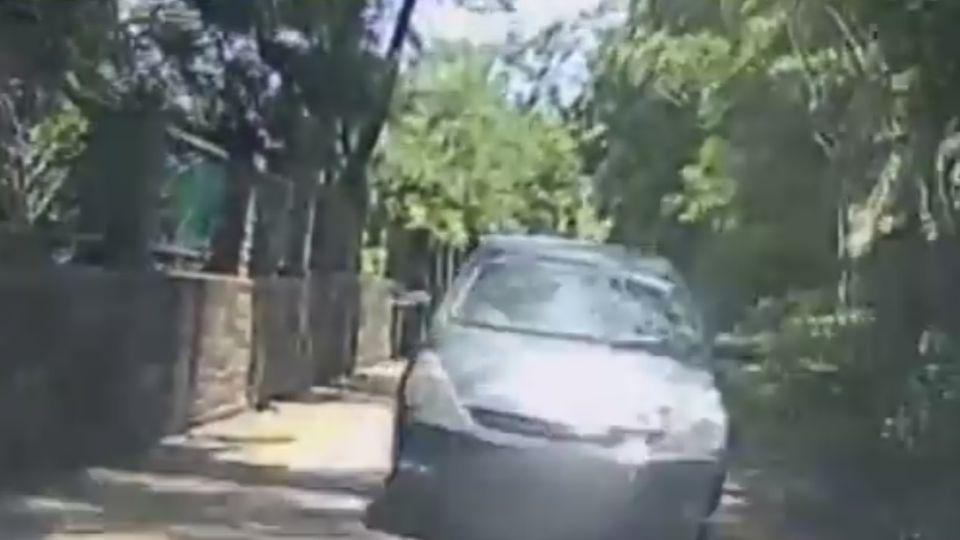 玩命關頭?! 毒蟲遇警倒車狂逃1km 撞圍籬遭逮