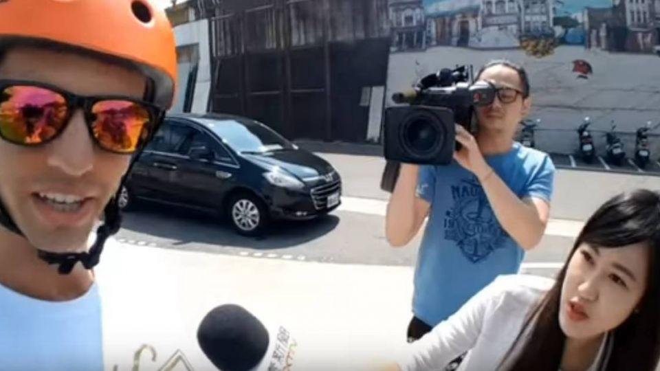 記者堵到了!辱台實況主裝傻「聽不懂中文」 態度惡劣網友怒