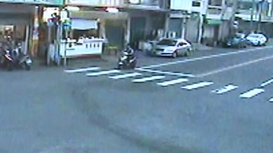 兩車擦撞一車衝進早餐店 另一車駕駛趁亂落跑