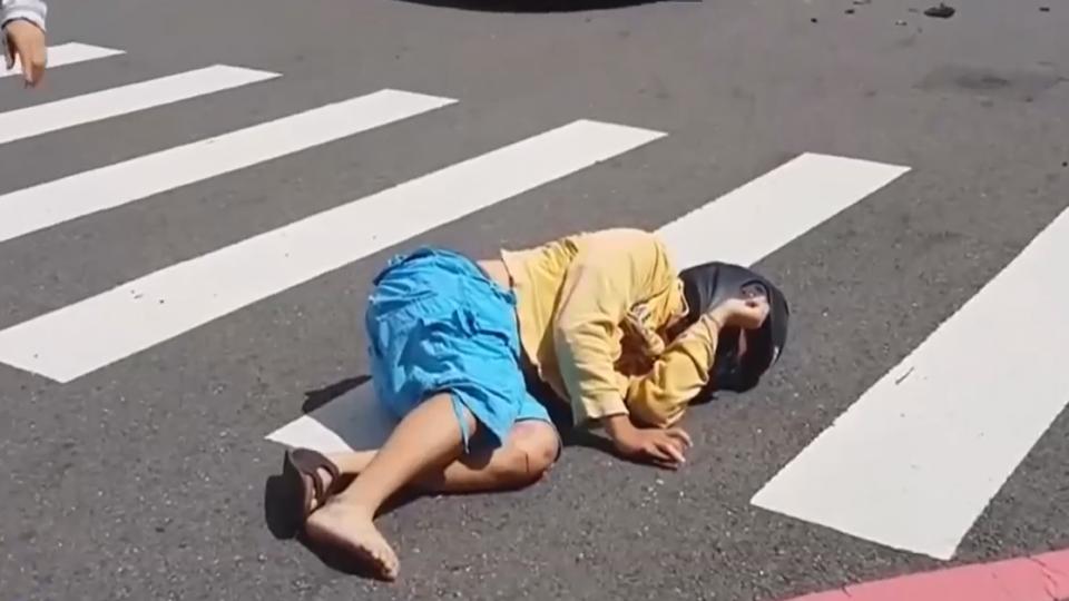 又見台灣最美風景 男子遭撞躺馬路民眾撐傘
