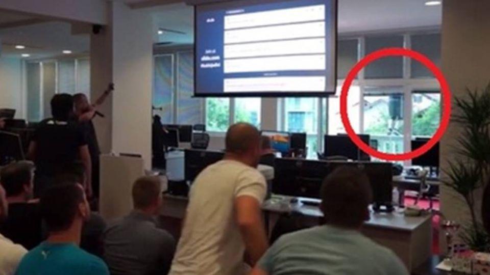 【影片】老闆開會到一半「跳樓」 員工嚇傻尖叫…真相超狂令你想不到