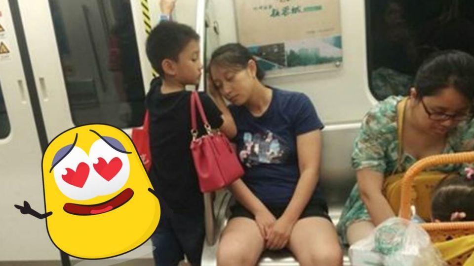讓座又背包包!小暖男「當肉墊」給母靠 網爭搶「未來女婿」