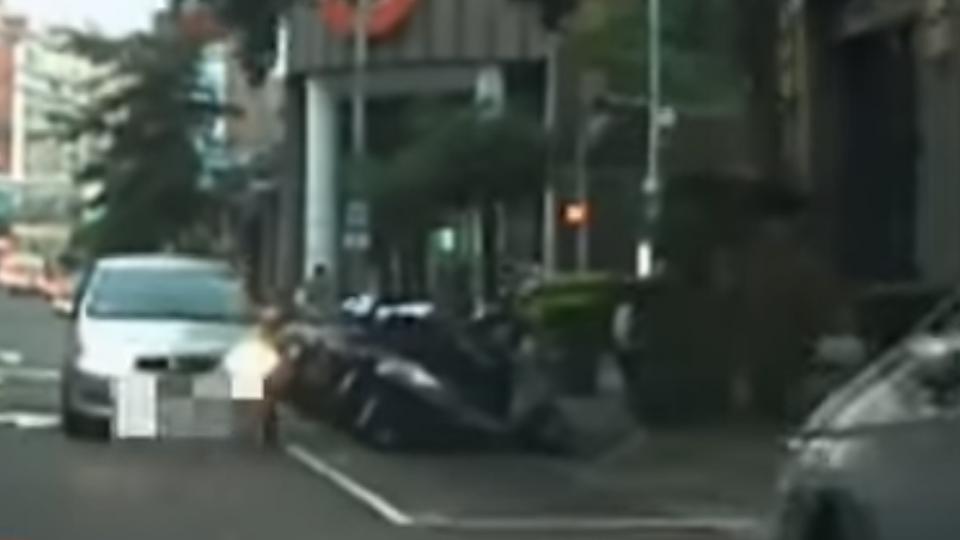名嘴找車位突遇逆向車 下車遭駕駛嗆:你是誰