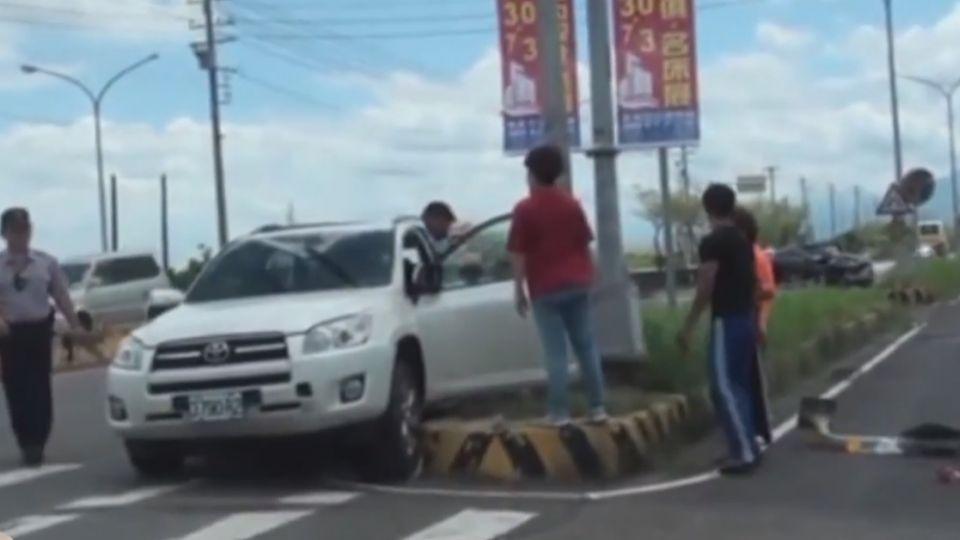 碰!2車衝撞八旬老婦遭拋飛1死4傷