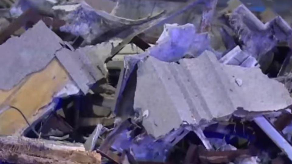 土城海霸王景觀外牆崩落 水泥石塊砸3機車