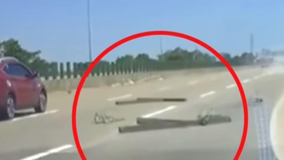 大鐵條掉落國道 插入車頭害失控...衝撞護欄