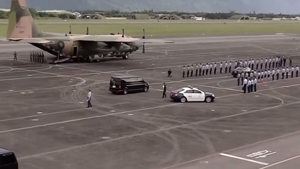 列隊向齊柏林致敬! 軍機運送遺體抵台北