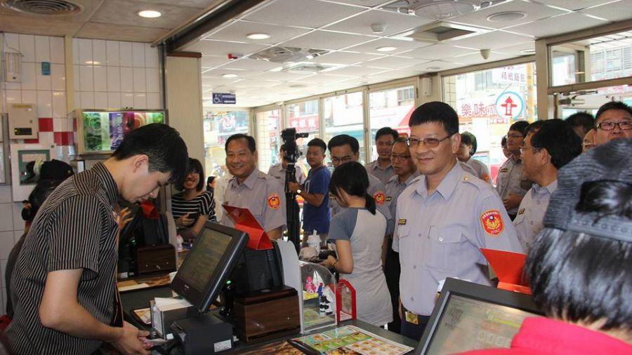推一個!「60名警察」帶隊包圍麥當勞?背後理由暖爆