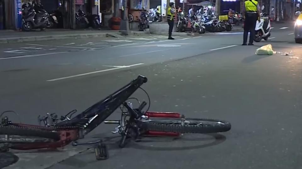 腳踏車突竄出來?計程車撞飛騎士 一度無心跳