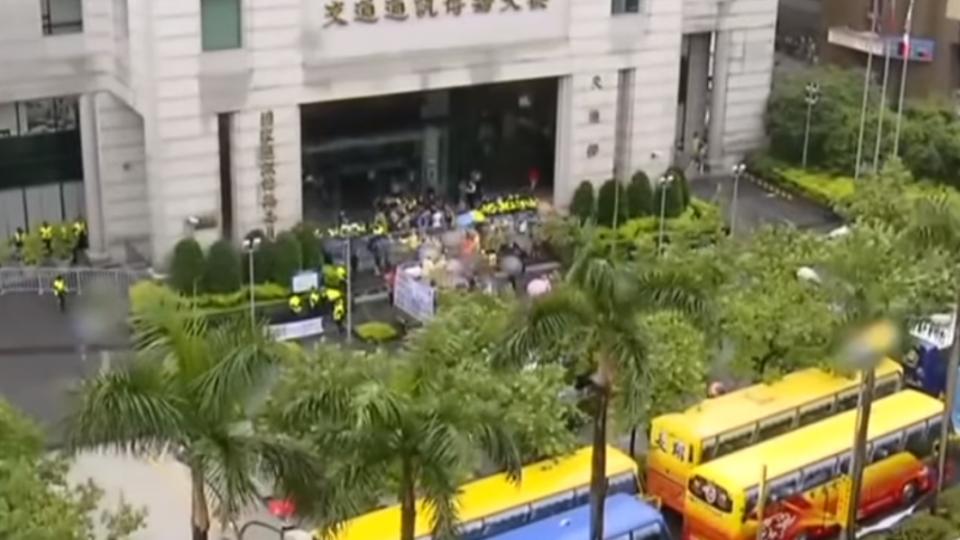 不畏風雨! 上百台遊覽車持續「封城」抗議圍交部