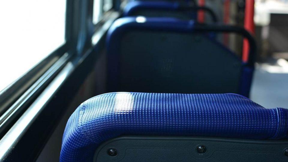 搭公車坐最後一排司機突喊「你的手…」 害他差點隔壁阿姨打