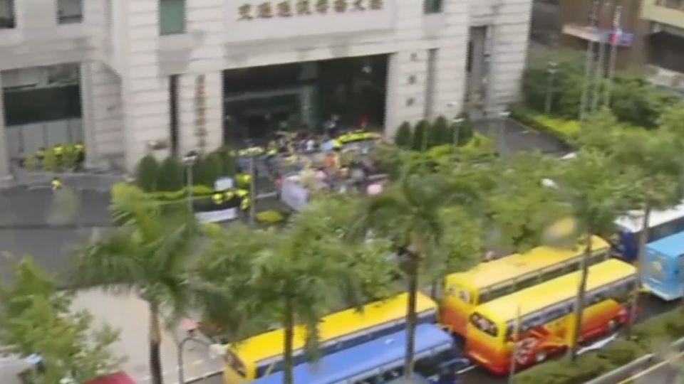 上百台遊覽車 連兩天「封城」抗議