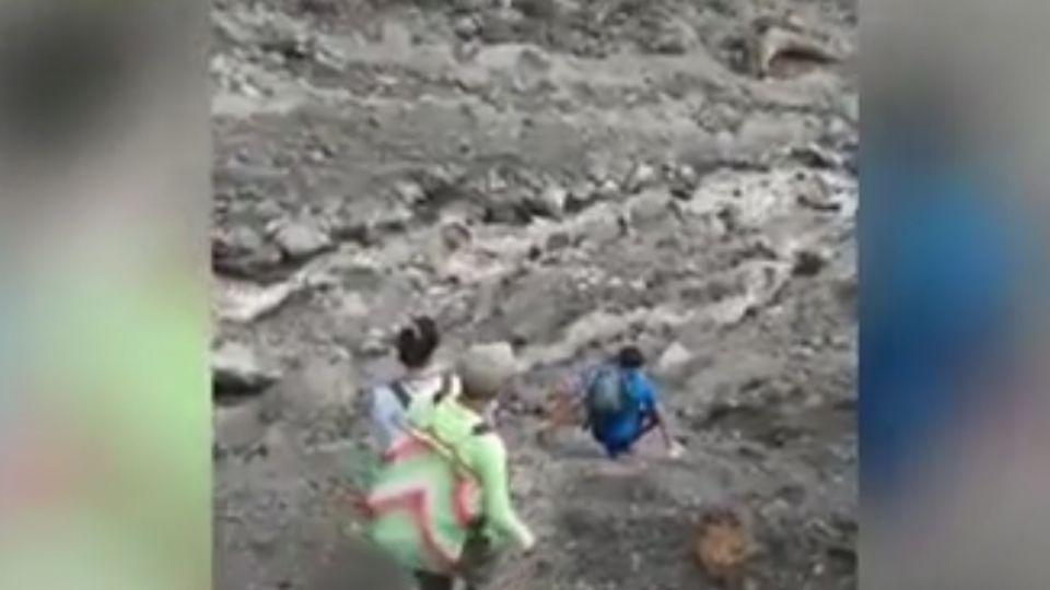 豪大雨投89線路斷缺物資  居民冒險爬崩塌地