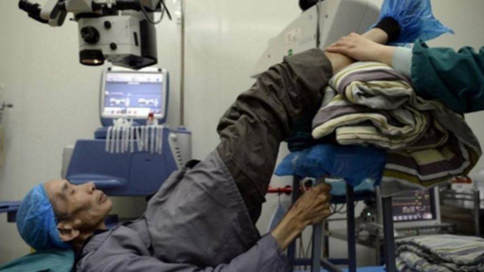 駝背90度數度遭拒 暖醫護充當「人肉支架」扶翁腿手術