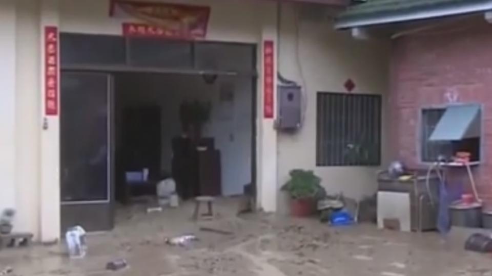 連日雨土石鬆 土石流沖進三合院6人急逃