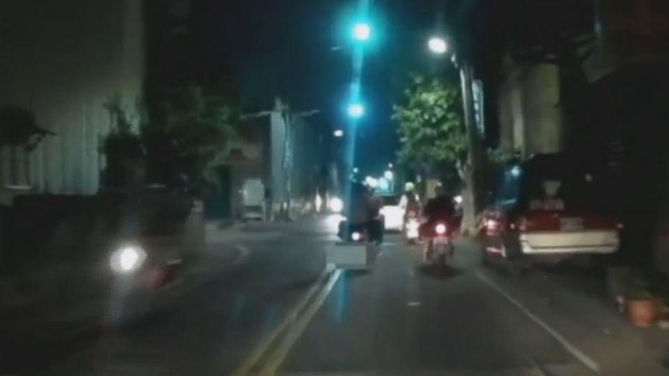 恩愛? 騎車雙載從後環抱妻 醉男酒駕遭逮