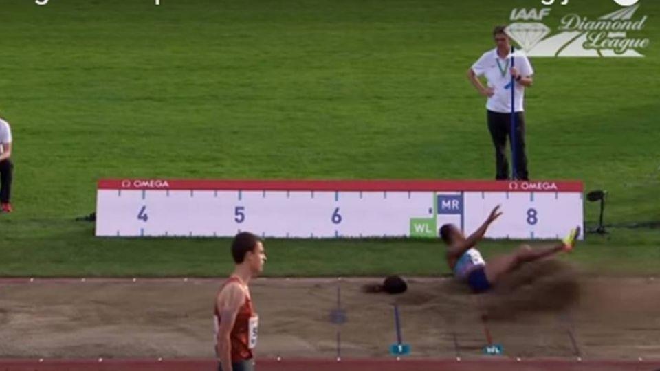 【影片】假髮突墜地!女子跳遠前三名飛了 … 裁判超傻眼