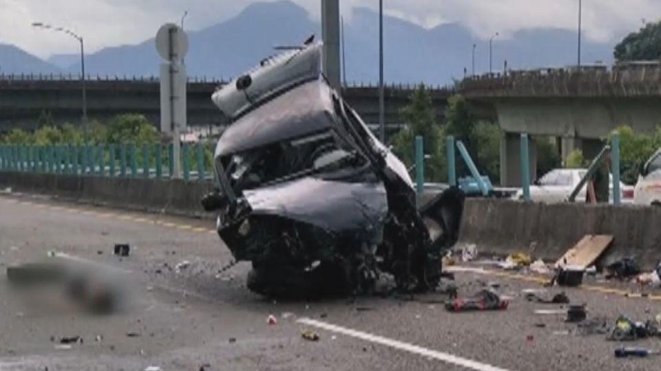 國道6號自小貨車被撞 車體變形乘客飛出車外