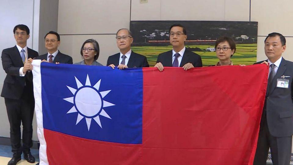 戰到最後!駐巴大使帶國旗返台 哽咽:沒完成任務