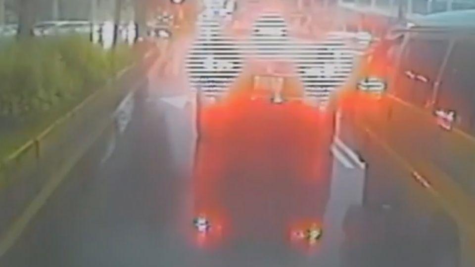 「快移車」救護車卡車陣 熱血哥淋雨敲窗求讓路