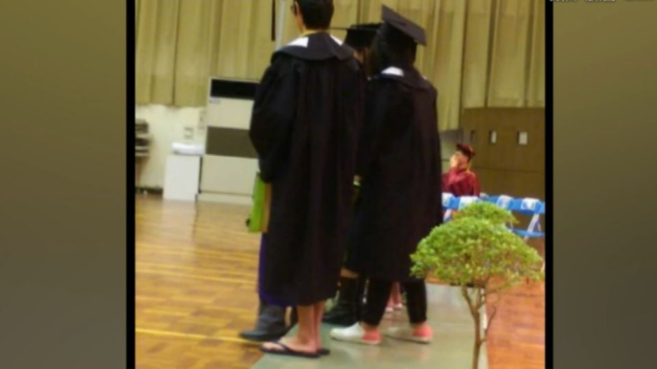 台師大博士畢業代表 穿夾腳拖上台致詞
