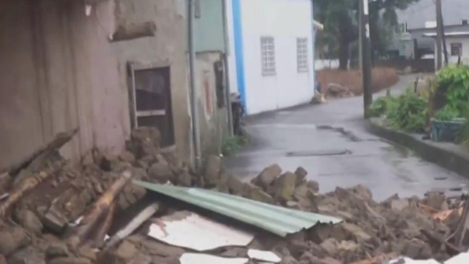 大雨成災!土磚屋擋不住雨勢 2層樓圍牆坍塌