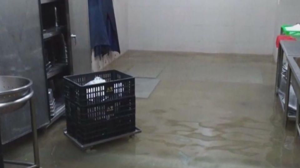 里長封排水孔護里民 高中女宿餐廳慘淹