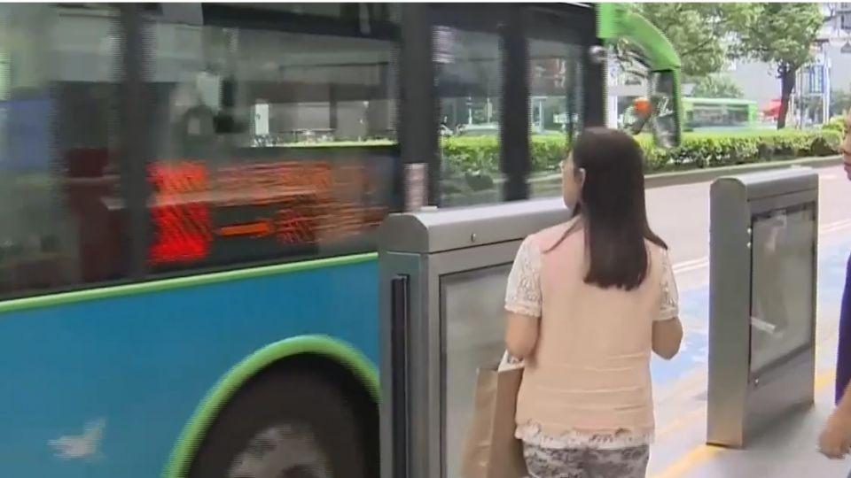 憂遲到站拒載 公車平均20秒關門離站
