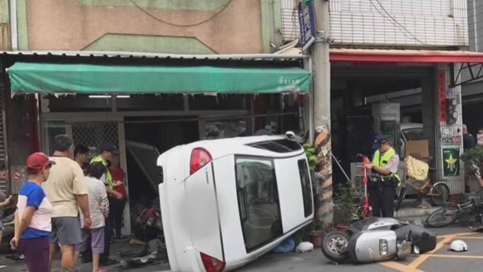 「紅茶倒了」 駕駛低頭一秒 失控撞車慘翻