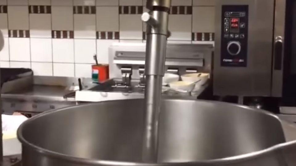 漢堡肉現絞 機器運轉「一秒失神」 釀危機