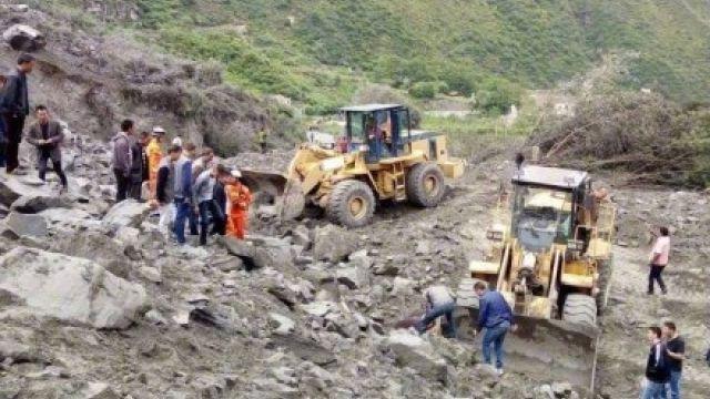 四川山崩活埋百人 瓦礫下傳聲響...救出1家3口