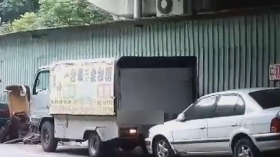 找不到車位!搬家貨車頂頂頂… 硬喬出位