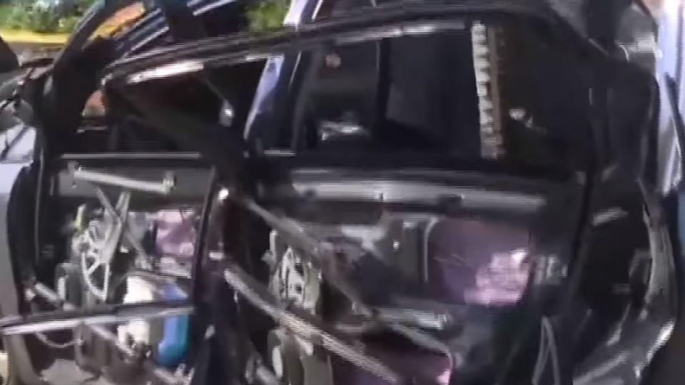 菸一點車毀了!車頂炸掀 駕駛灼傷急逃