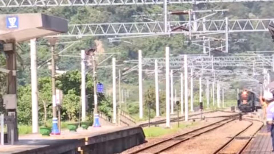 蒸汽火車「仲夏寶島號」駛入台東 火車迷嗨